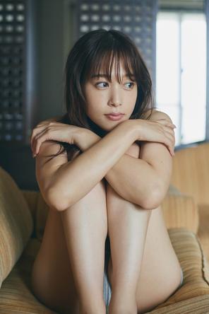 鷲見玲奈ファースト写真集(1) (c)三瓶康友/集英社