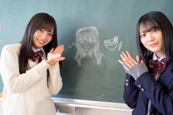 撮影の合間に齊藤京子(左)の似顔絵とラーメンの絵を描いた森田ひかる (C)光文社『ボーダレス 公式メモリアルブック』