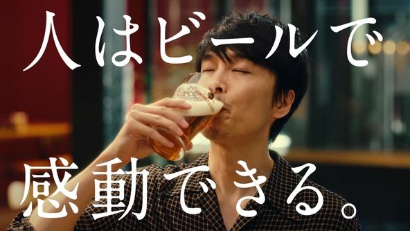 俳優・長谷川博己さん、タレント・原田泰造さん、女優・麻生久美子さんが初共演!!こだわり抜いたクラフトビールのおいしさに感動し、思わず3人から笑みがこぼれる (1)