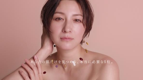 デコルテあらわなスタイルで透明感たっぷりの素肌美を披露 広末涼子さん出演 新TVCM「FUJIMI 私の肌から目を離さないで」篇 6月14日公開 (1)