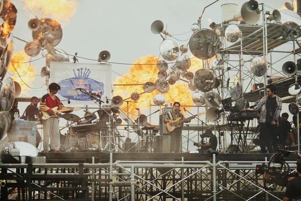 Red Bull × King Gnu 前代未聞のシークレットライブ『Red Bull Secret Gig』は、東京湾に浮かぶ歴史的な人工島「第二海堡」で開催! (1)