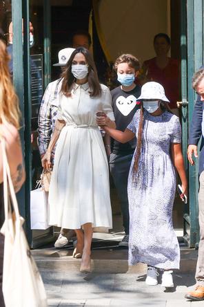 アンジェリーナ・ジョリー、ディオールを纏い涼しげないで立ちでパリでのひと時を楽しむ