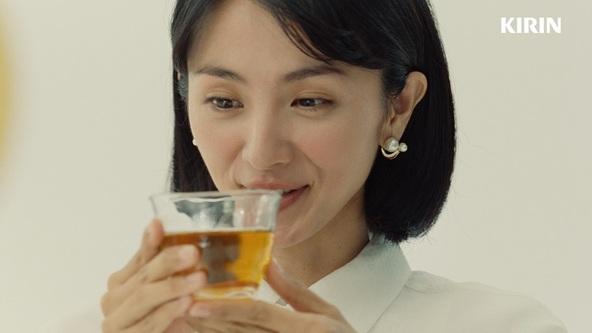 """「新・""""ひきたつ香り製法""""」で「キリン 生茶 ほうじ煎茶」がさらにおいしくなってリニューアル!満島ひかりさん・吉沢亮さんも、「ほうじ茶に、生。」のおいしさを実感! (2)"""